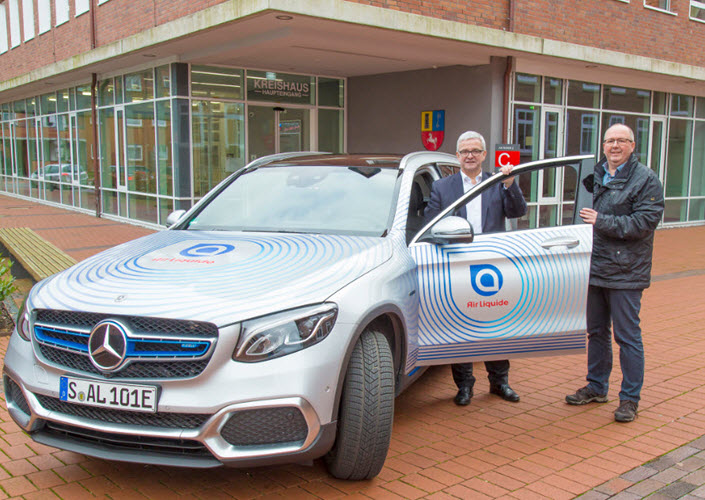 District Administrator Michael Roesberg with Air Liquid employee Rudolf Meyn right after the test drive in the hydrogen powered sedan main