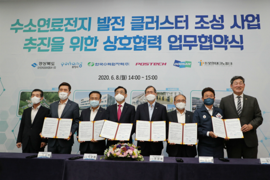On June 8, Sookyung Yoo, CEO of Doosan Fuel Cell (third from the right), and each representative signed a memorandum of understanding at a Pohang Techno Park conference room. From second left to right: Kangdeok Lee, mayor of Pohang, Jeomsik Lee, president of Pohang Techno Park, Moohwan Kim, president of Pohang University of Science & Technology, Jaehoon Chung, CEO of Korea Hydro & Nuclear Power, Sookyung Yoo, CEO of Doosan Fuel Cell, Cheolwoo Lee, governor of North Gyeongsang Province.