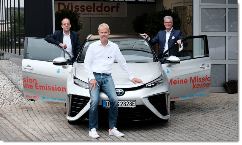 At the handover of the hydrogen vehicle to the state capital: Deputy Prof. Dr. Andreas Meyer-Falcke, Stephan Lindner, Head of Sales Toyota Autohaus and Michael Theben, Ministry of Economics of the State of North Rhine-Westphalia (from right) (Photo: © Landeshauptstadt Düsseldorf, Michael Gstettenbauer)