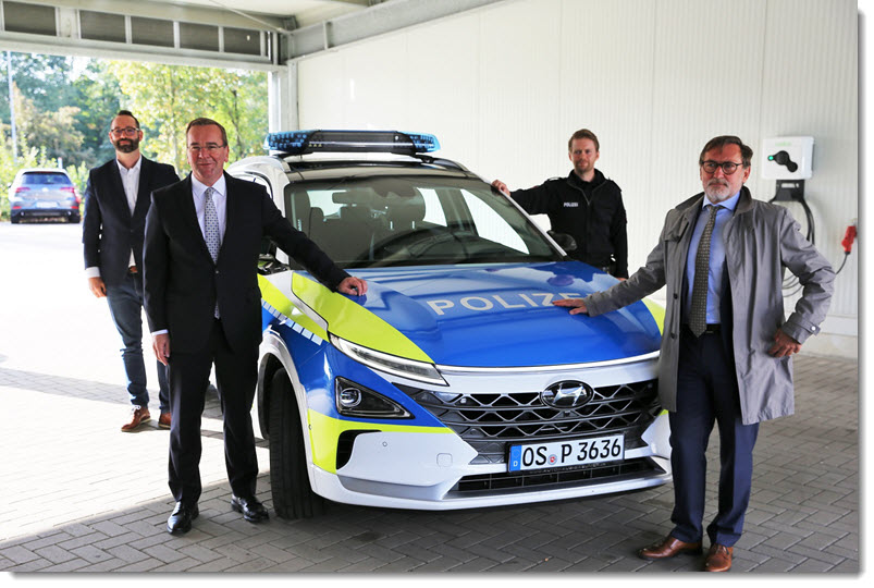 Interior Minister Visits the Polices Hydrogen Vehicle in Osnabruck 1