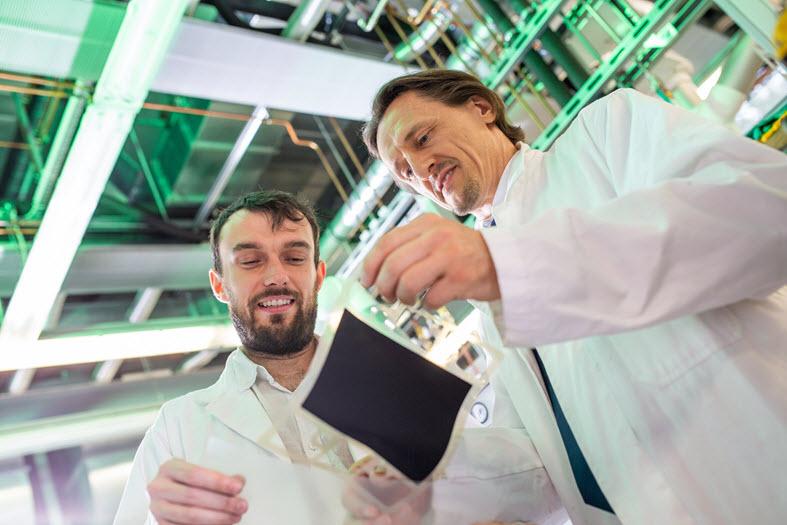 Prof. Dr. Thomas von Unwerth (r.) And Laboratory Manager Vladimir Buday in the fuel cell laboratory, Ronald Bartel, TU Chemnitz
