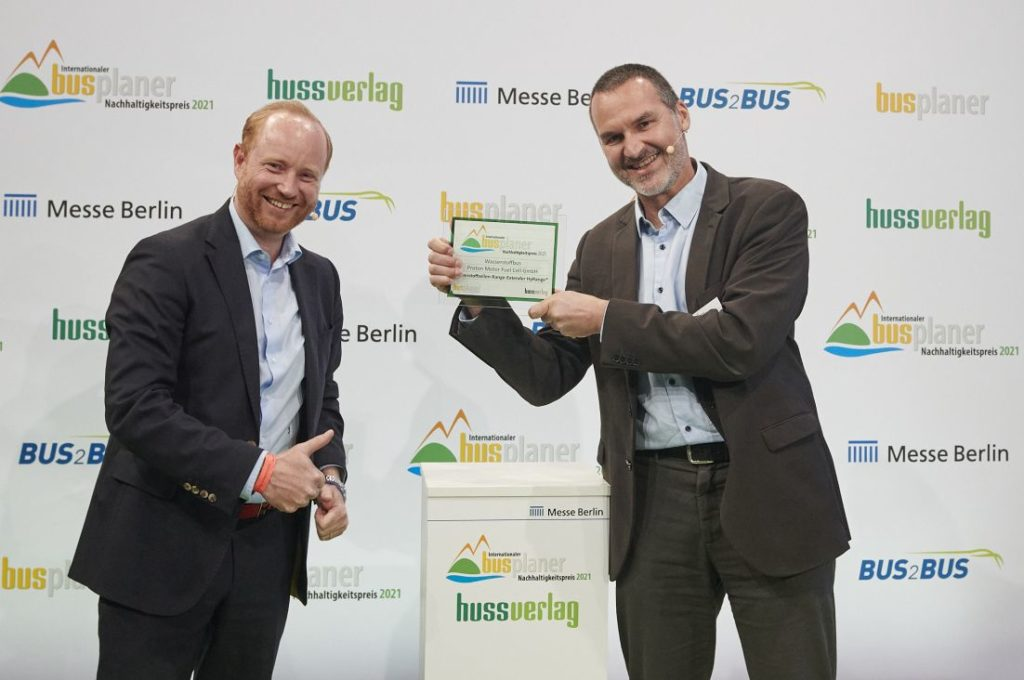 The Int. busplaner Sustainability Award 2021 receives M. Limbrunner Proton Motor r. from A. Haller Quantron c Andre Baschlakow